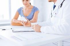 Patiënt en arts die medicijn voorschrijven Stock Afbeeldingen