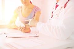 Patiënt en arts die medicijn voorschrijven Stock Foto's