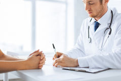 Patiënt en arts die nota's nemen Royalty-vrije Stock Fotografie