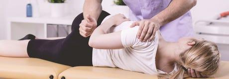 Patiënt en fysiotherapeut tijdens rehabilitatie in het ziekenhuis royalty-vrije stock foto