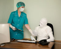 Patiënt gelijkend op een brij en de arts Royalty-vrije Stock Fotografie