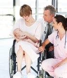 Patiënt met haar pasgeboren baby en artsen Stock Afbeeldingen
