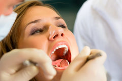 Patiënt met Tandarts - tandbehandeling Stock Foto's