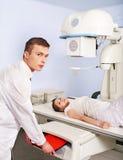 Patiënt met trauma en arts in x-ray ruimte. Stock Afbeeldingen