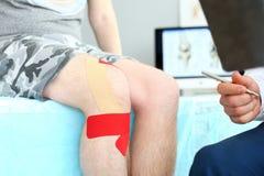 Patiënt met verbonden knie royalty-vrije stock foto