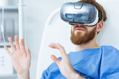 Patiënt in VR-beschermende brillen royalty-vrije stock fotografie