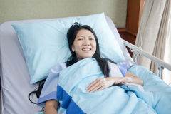 Patiënten aan slaap het glimlachen Royalty-vrije Stock Afbeeldingen