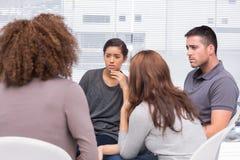 Patiënten die aan een andere patiënt luisteren stock afbeelding