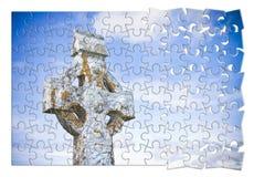 Patiemment construction de la foi - croix en pierre découpée celtique sur un fond de ciel - image de concept dans la forme de puz illustration de vecteur