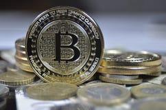 Patience bitcoin Münze, die auf schwarzen Hintergrund legt lizenzfreie stockfotos