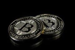 Patience bitcoin Münze, die auf schwarzen Hintergrund legt stockfotografie