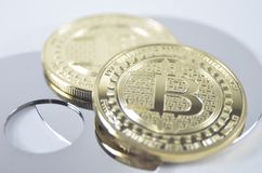 Patience bitcoin Münze, die auf schwarzen Hintergrund legt lizenzfreies stockfoto