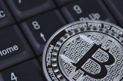 Patience bitcoin Münze, die auf schwarzen Hintergrund legt Lizenzfreies Stockbild