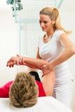 Patient à la physiothérapie Image libre de droits
