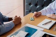 patient écoutant attentivement un patient de explication s de docteur masculin Images stock