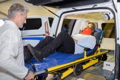 Patient étant déchargé de l'ambulance image libre de droits