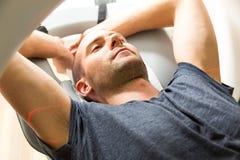 Patient überprüft in der Tomographie CT an der Radiologie Lizenzfreie Stockbilder