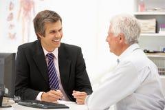 Patient aîné avec le docteur Image libre de droits