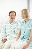 Patient aîné dans l'hôpital avec l'infirmière Image libre de droits