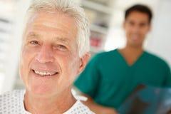 Patient aîné dans l'hôpital Photographie stock libre de droits