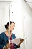 Patient aîné dans la demande de règlement d'hospitalisé Image stock