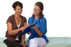 Patient aîné discutant des essai-résultats avec le docteur Image libre de droits