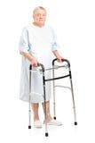 Patient aîné utilisant un marcheur Images stock