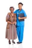Patient africain d'aîné d'infirmière Photographie stock
