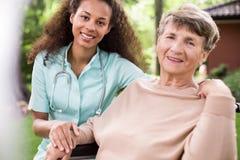 Patient afro-américain de soignant et de défectuosité Images stock