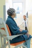 Patient attendant dans hospitial photos stock