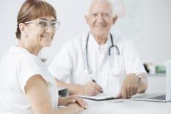 Patient au cours d'examen médical périodique Photo libre de droits