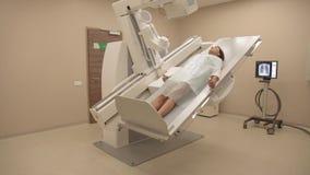 Patient auf Röntgenstrahlverfahren stock footage