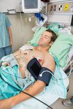 Patient avec Holter Monitor Sleeping In Photographie stock