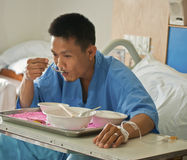 Patient avec l'intravenous salin (iv) Photos libres de droits