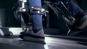 Patient avec la machine robotique sur une voie, vue de côté banque de vidéos