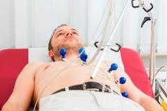 Patient ayant ECG dans la chirurgie Photo stock