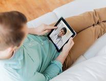 Patient ayant la causerie visuelle avec le docteur sur le PC de comprimé images stock