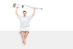 Patient comblé soulevant ses béquilles dans le ciel Image stock
