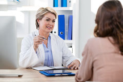 Patient consulting a doctor Royalty Free Stock Photos