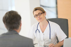 Patient consulting woman doctor specialist Royalty Free Stock Photography