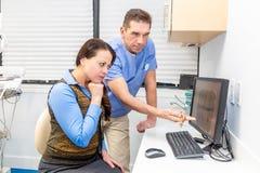 Patient d'apparence de dentiste son rayon X de dents discussion des questions photo libre de droits