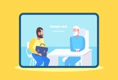 Patient d'homme ayant la consultation avec le docteur supérieur s'asseyant à la médecine moderne de bureau de clinique de lieu illustration libre de droits