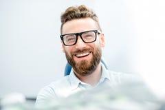 Patient d'homme d'affaires au bureau dentaire photos stock