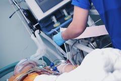 Patient d'Unconsciuos sur la ventilation de poumon artificiel avec ECG Image libre de droits