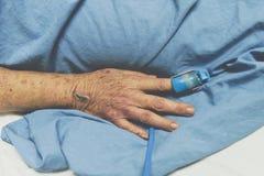 Patient dans l'hôpital avec la mesure d'impulsion sur le doigt Photographie stock libre de droits