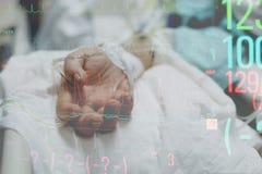 Patient dans l'hôpital avec l'intravenous salin Image libre de droits