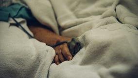 Patient dans l'hôpital avec la mesure d'impulsion sur le doigt Images libres de droits