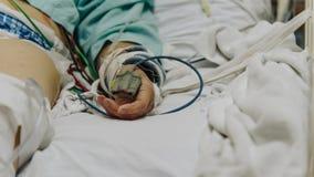 Patient dans l'hôpital avec la mesure d'impulsion sur le doigt Photo stock