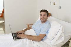 Patient dans la maladie de souffrance d'hôpital et travail au lit de clinique avec le sourire d'ordinateur portable heureux image stock