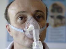 Patient dans un masque à oxygène Photographie stock libre de droits